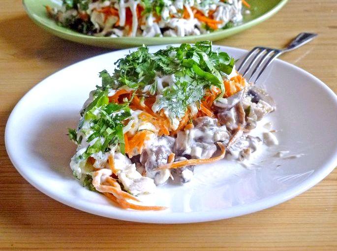 Салат с жареными грибами и куриной грудкой масле лук