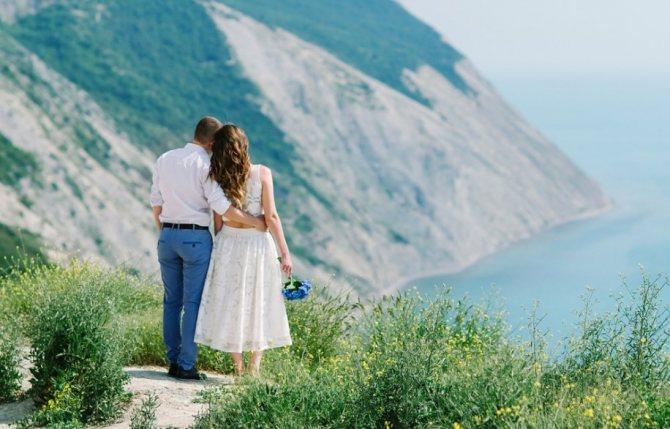 Самые красивые свадебные фотографии получаются на фоне моря и гор.
