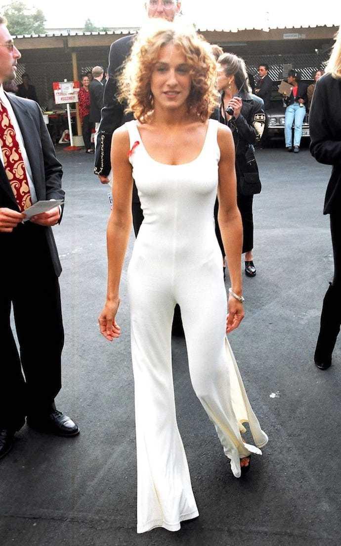 Sara Parker в белом костюме