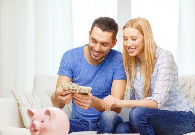 семейная пара считает деньги