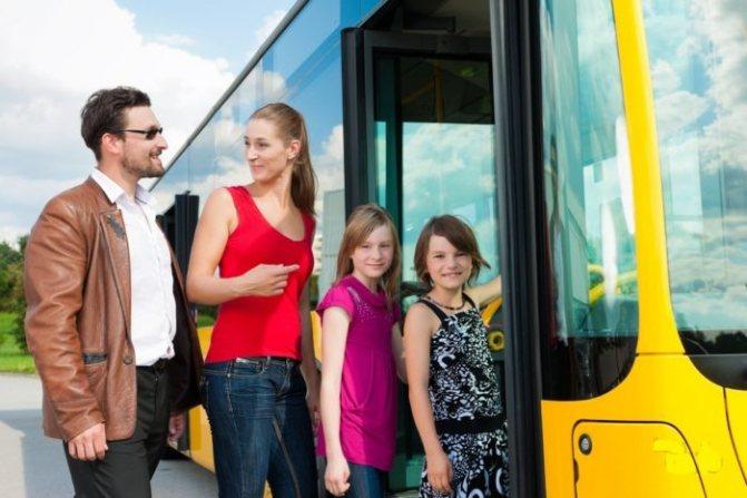 семья из 2 взрослых и 2 детей садятся в автобус для путешествия