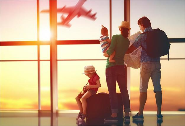 Семья летит на море