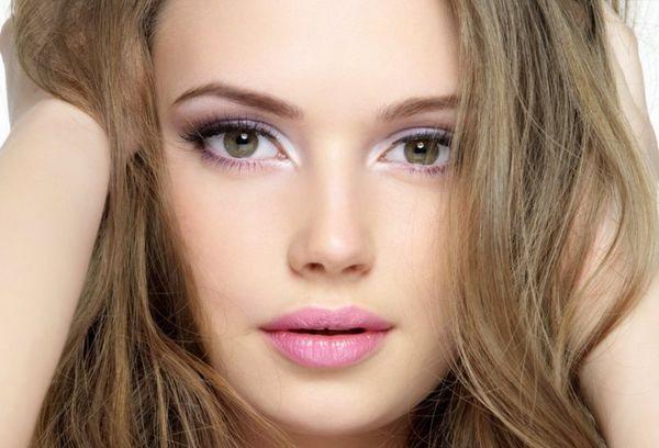 серо-зеленые глаза и светло-русые волосы
