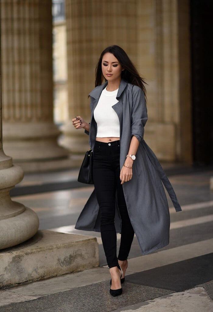 серое пальто с черными джинсами