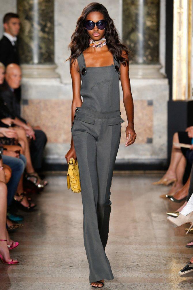Серый модный комбинезон в деловом стиле Emilio Pucci, можно дополнить рубашкой или водолазкой – и это будет отличный вариант для работы.
