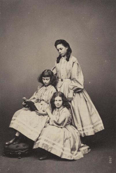 Сёстры Лиддел (верху вниз): Лорина, Алиса, Эдит. Фото — Thomas Edge, 1860-е гг.
