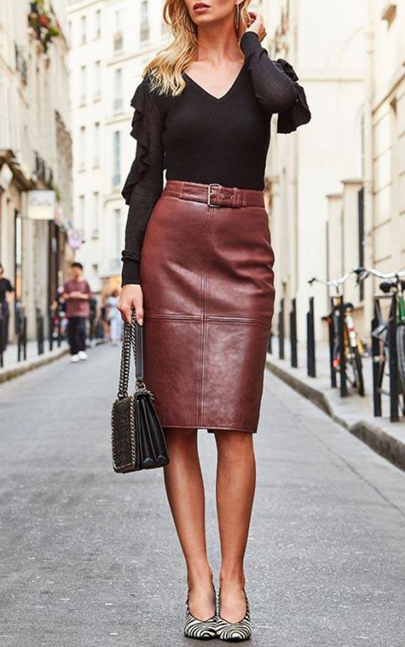 сет с коричневой юбкой из кожи и черной блузкой