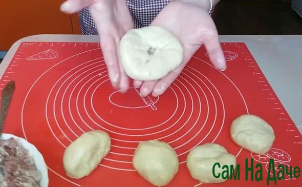 сформируйте беляши с дырочкой по центру