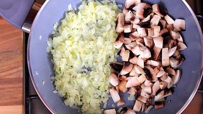 шампиньоны и лук обжарьте на сковороде