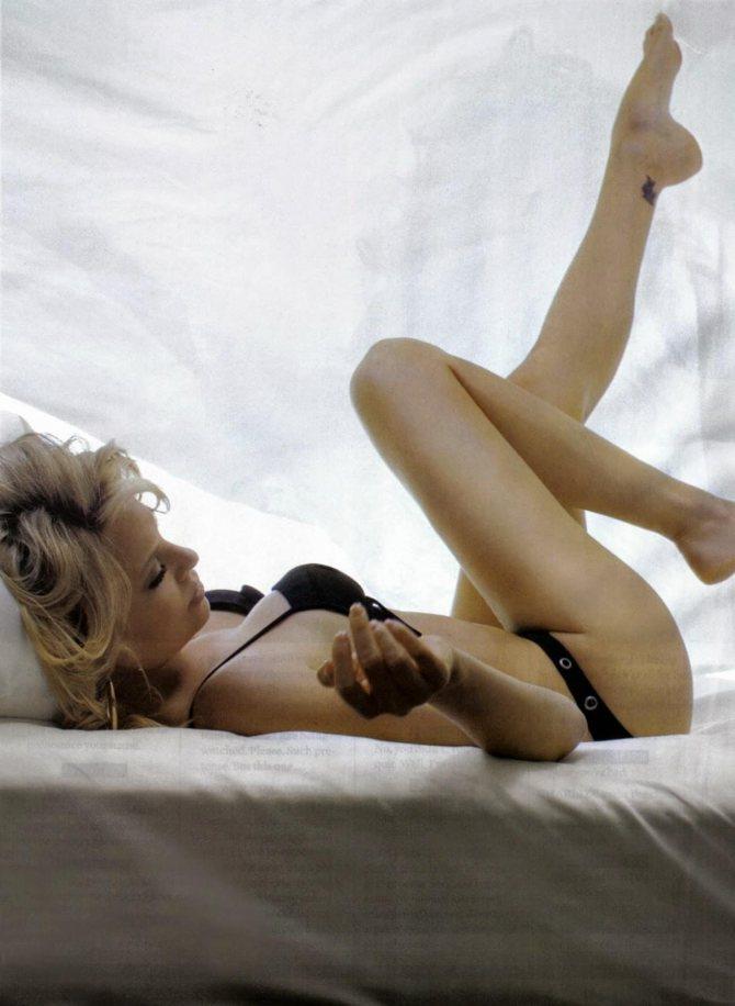 Шарли в черном белье и простынях на кровати