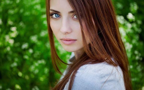 шатенка с голубыми глазами