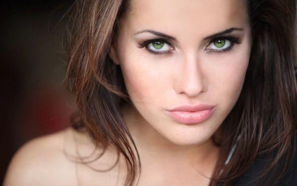 шатенка с зелёными глазами