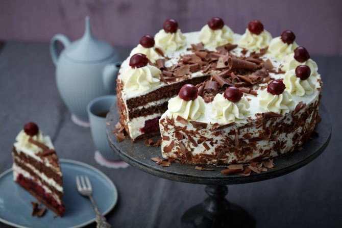 шоколадный торт с вишней и сметаной