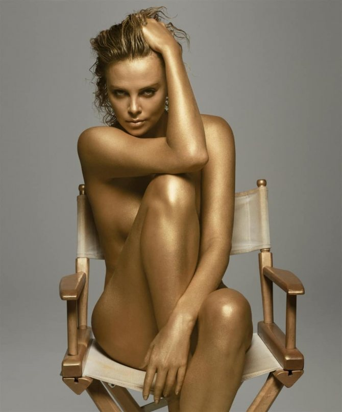 Сидит на золотом стуле