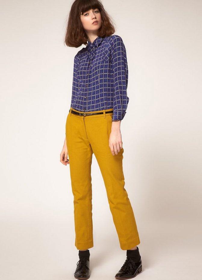 синяя рубашка в клетку с горчичными брюками