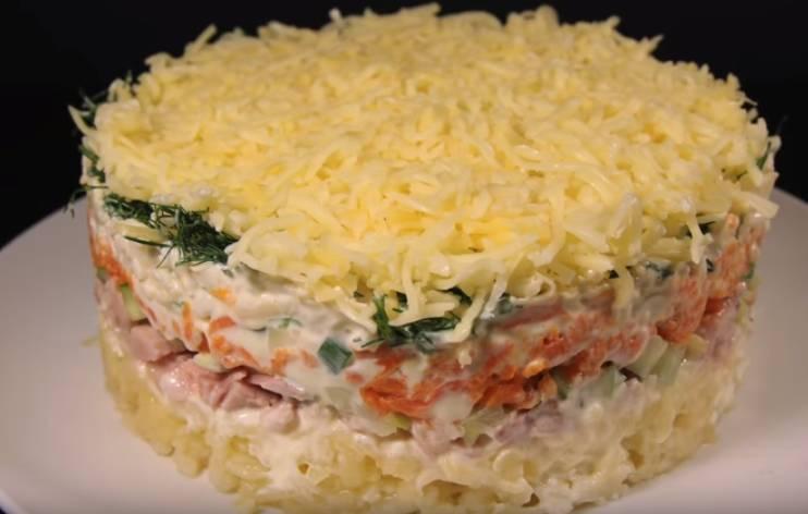 Слоеный салат Нежность с копченой курицей