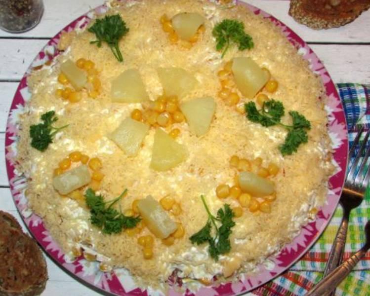 Слоеный салат с ананасом и копченой курицей