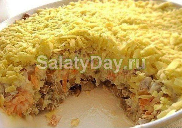 Слоеный салатик с жаренными шампиньонами, сыром и морковкой