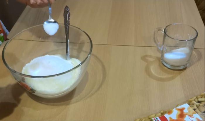 Смешивание сахарного песка, сметаны и ванилина