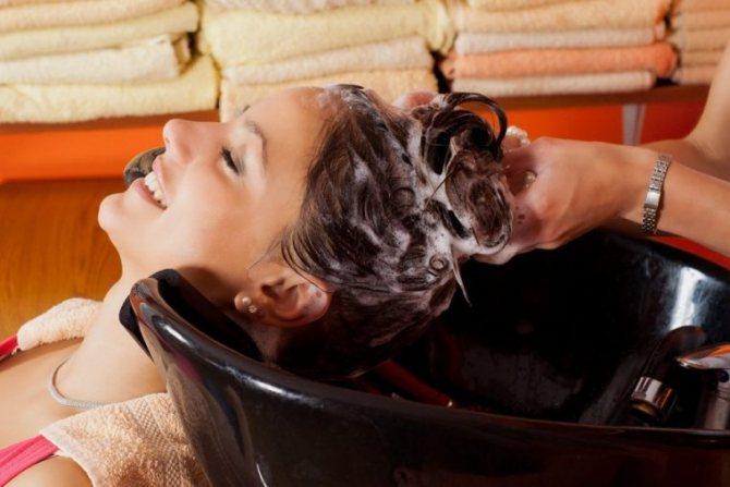 Смывка осветляющего состава с волос