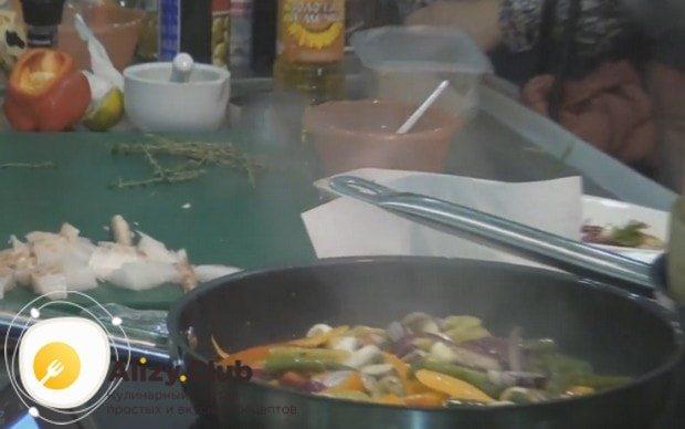Сначала обжариваем на сковороде только овощи.