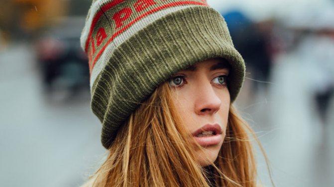 Снятие и надевание шапки провоцирует электризацию волос