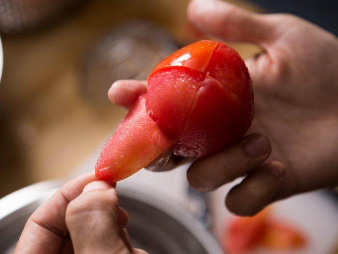 Снятие кожицы с помидора