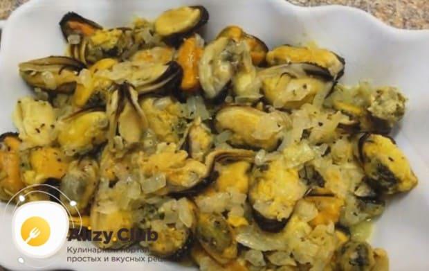 Со сковороды перекладываем мидии с луком в форму для запекания.