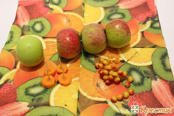 Собираем гусеницу из яблок