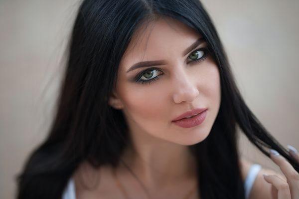 Сочетание черных волос и зеленых глаз