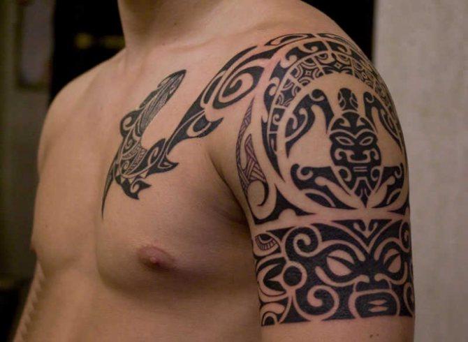 Сочетание полинезийского браслета и основной татуировки