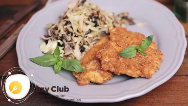 Соедините капусту, грибы и лук, добавьте нарезанный чернослив