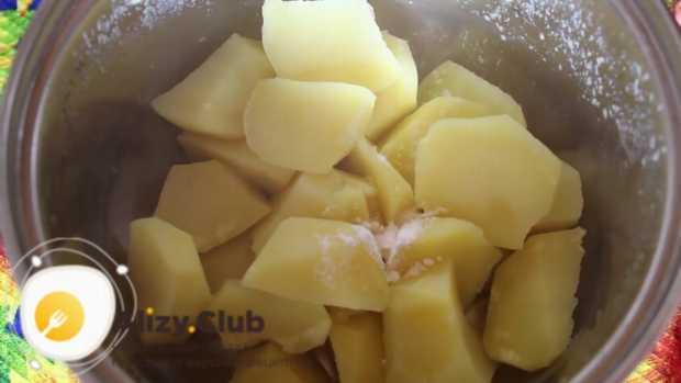 Солим картошку в соответствии с личными вкусовыми предпочтениями