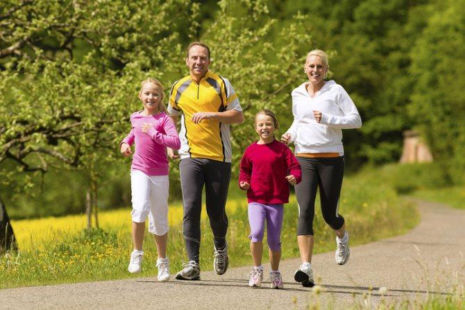 спортивная семья на пробежке