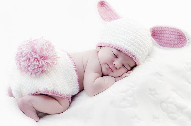 Спящий младенец во сне предупреждает о надвигающейся опасности наяву.