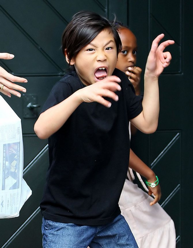 Среднего сына Пакса Анджелина и Брэд усыновили во Вьетнаме. Фото: EAST NEWS