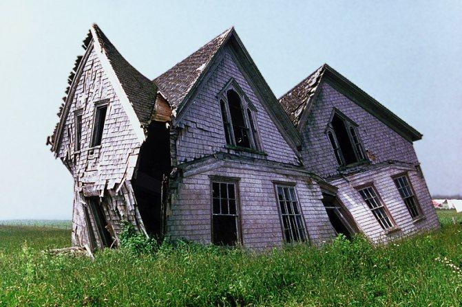 старый и разрушенный дом