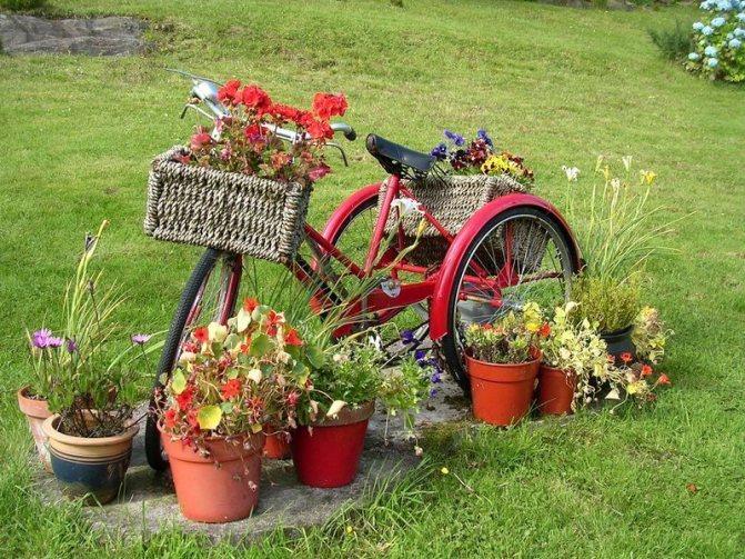 Старый велосипед в ландшафтном дизайне
