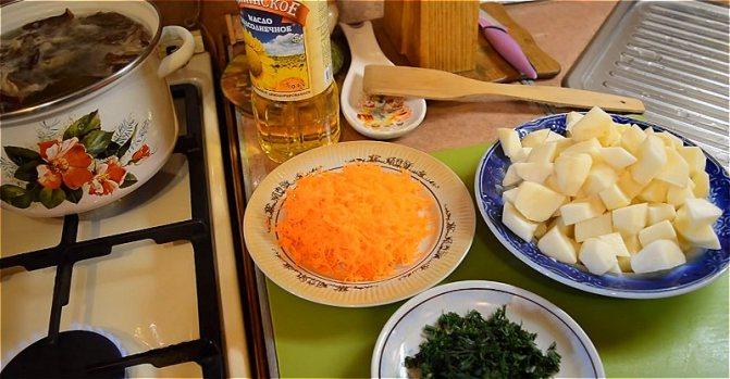 ставим вариться грибы второй раз и нарезаем овощи