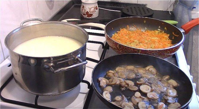 ставим вариться картофель и обжариваем лук с морковью и грибы