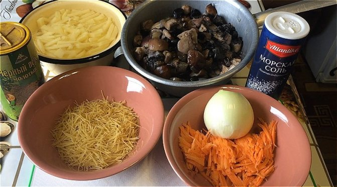 ставим вариться лесные грибы первый раз и подготавливаем овощи