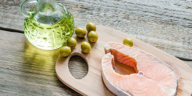 Стейк красной рыбы и оливковое масло