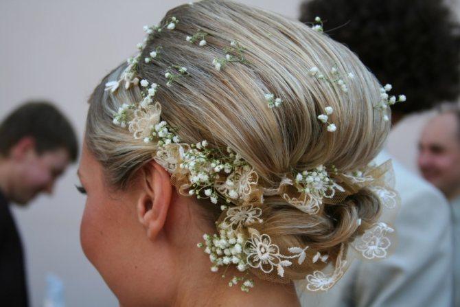 Стильное украшение для волос в виде мелких цветов