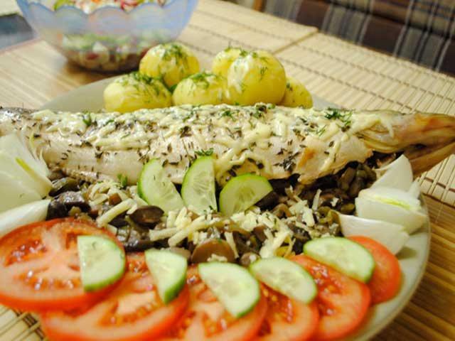Судак, фаршированный белыми грибами и запеченный в духовке в фольге фото