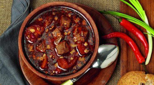 Суп из говядины с фасолью и чили