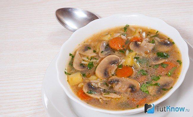 Суп из замороженных грибов в миске