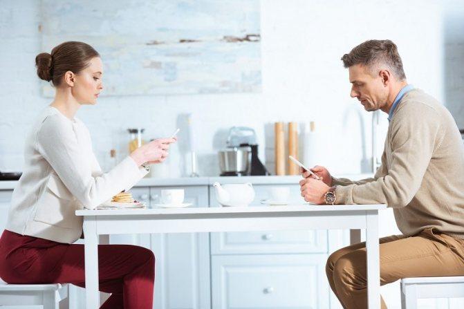 Супруги предъявляют друг к другу претензии и выясняют отношения за столом