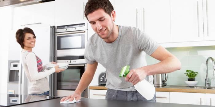 Супруги убирают на кухне