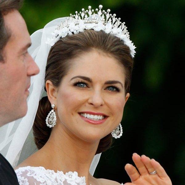 свадебная прическа с диадемой и фатой