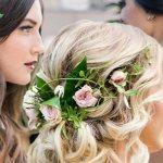 Свадебные прически с цветами: романтичная женственность
